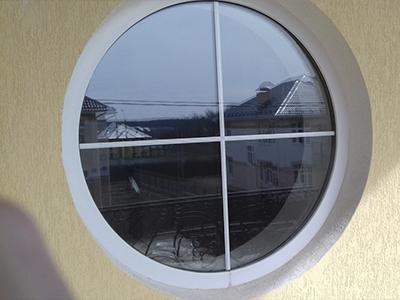 круглое окно со шпроссами