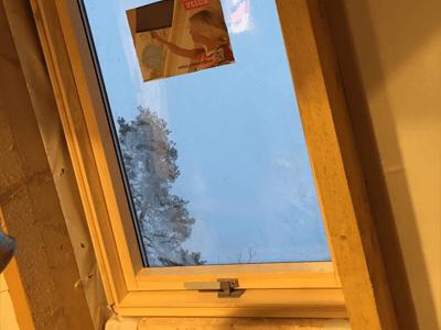 установленное окно в крыше